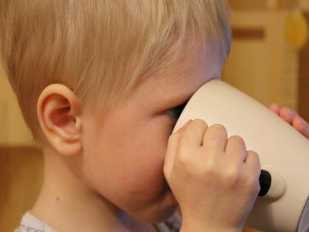 ребёнок пьёт из кружки